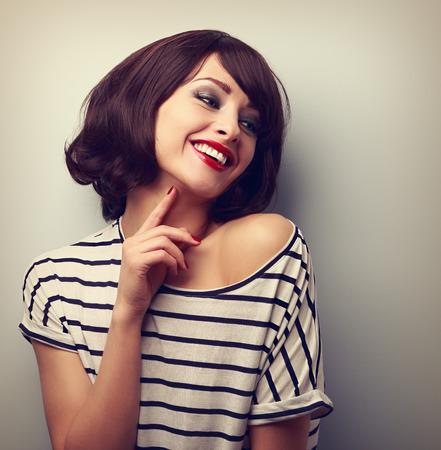mujer alegre: Feliz riendo mujer joven peinado corto en blusa de la manera de tocar el cuello. Vintage retrato de cerca