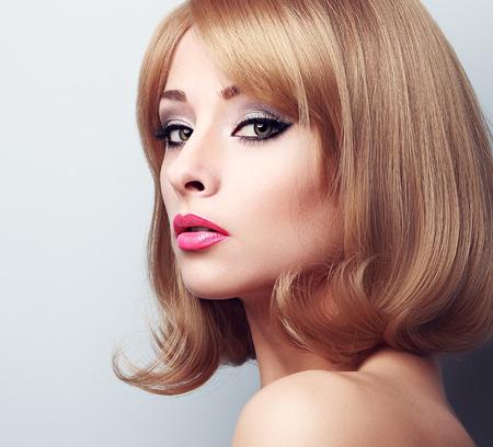 明るい緑色の目で美しいメイクの金髪女性。ポートレート、クローズ アップ