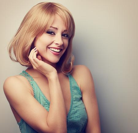 mujeres: Feliz sonriente mujer rubia casual con peinado corto. Virada retrato de cerca