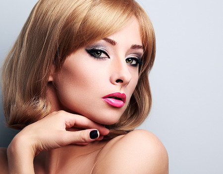 mujeres fashion: Hermosa mujer rubia con maquillaje de estilo de pelo corto busca sexy. Retrato del primer