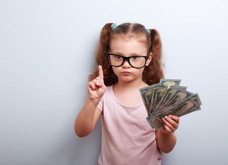 junge nackte frau: Nettes Kind M�dchen mit Dollar und eine Idee, wie verdienen viel Geld in der Krise. Serious Kind Lehre in den Brillen