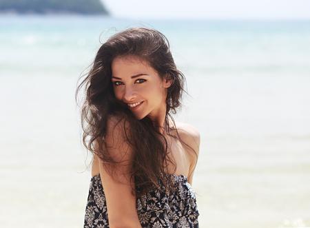 Hermosa mujer sonriente con dientes joying en fondo azul del mar