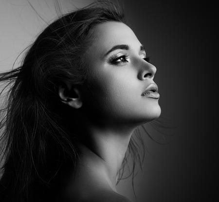 44699260-perfil-hermosa-mujer-m%C3%ADstica-con-el-pelo-largo-que-mira-retrato-blanco-y-negro-acercamiento.jpg?ver=6