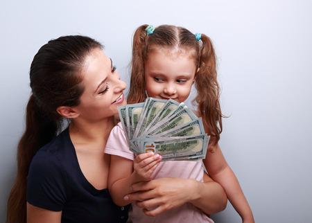 dollaro: Famiglia felice casuale in possesso di dollari e pensando a come spendere i soldi. Ritratto Archivio Fotografico