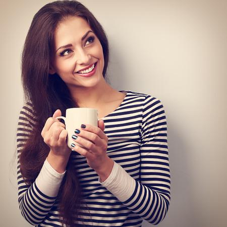 morena: Hermosa mujer pensamiento calma beber café caliente de la taza. Vintage retrato de cerca