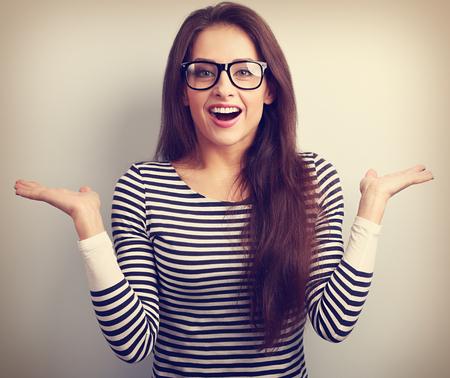 jeune fille: Belle femme excit�e dans des verres avec des �motions surprenantes naturelles gestes des mains. Vintage portrait de plan rapproch�