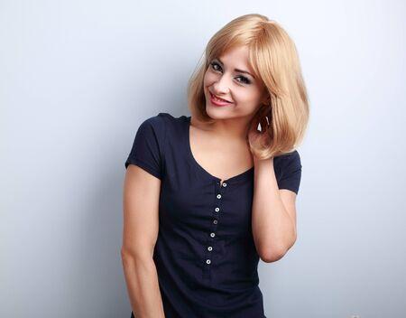blonde yeux bleus: Sourire, femme, naturelle mignon avec coiffure courte blonde air heureux sur fond bleu Banque d'images
