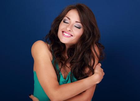 donna innamorata: Felice trucco donna si abbraccia con naturale faccia godere emotivo. Amore concetto di te stesso corpo