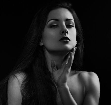 Piękny makijaż kobieta z długimi włosami patrząc z czerwoną szminką na czarnym tle. Zbliżenie portret. Portret Art.Expression. Moda. Czarny i biały