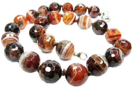 chalcedony: perle di calcedonio minerali isolato su sfondo bianco