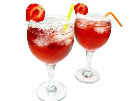 cocteles de frutas: alcohol rojas de licor cocteler�a con hielo y fresas