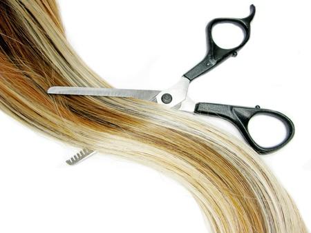 tijeras cortando: cepillo de pelo y tijeras en el cabello m�s destacado aislados Foto de archivo