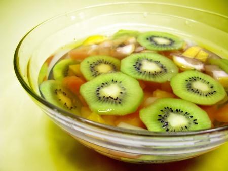cruchon: Cruchon c�ctel de frutas ponche en un recipiente con hielo y fruta