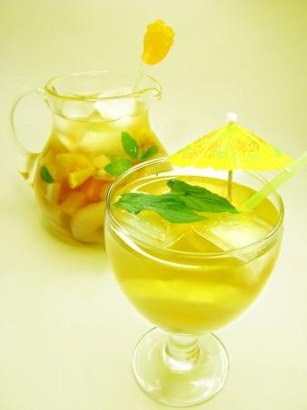 cruchon: frutos Cruchon c�ctel pu�etazo en jarra y vaso con hielo y pi�a Foto de archivo