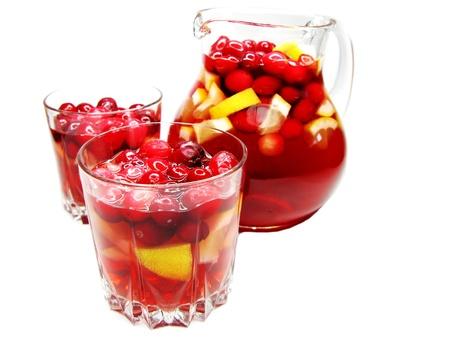 cruchon: Cruchon c�ctel de frutas en jarra de ponche y vasos con hielo y fruta