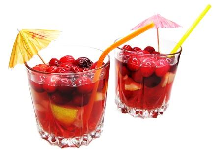 cruchon: Cruchon c�ctel de frutas en copas de ponche con hielo y fruta Foto de archivo