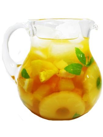 cruchon: Cruchon c�ctel de frutas en jarra de ponche con hielo y fruta Foto de archivo