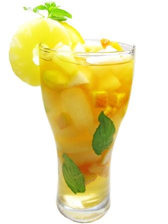 cruchon: frutos Cruchon c?ctel pu?etazo en vaso con hielo y la fruta