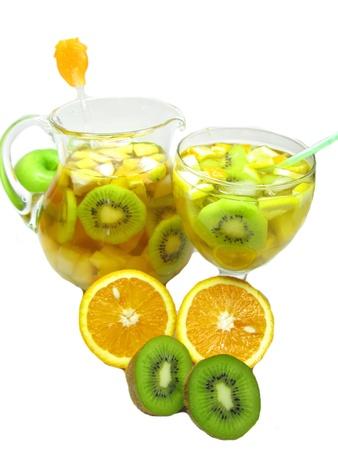 cruchon: Cruchon c�ctel de frutas en jarra de ponche y vidrio con hielo y fruta