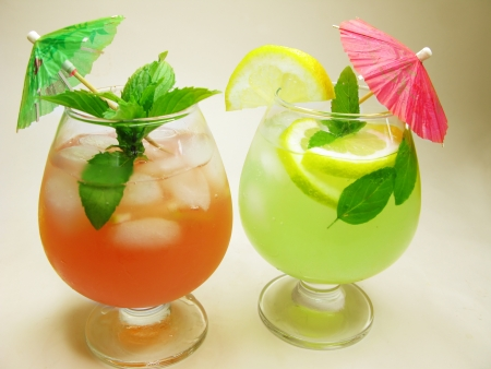 alcoholic cruchon cocktails with ice and mint photo