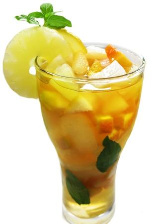 cruchon: frutos Cruchon c?ctel golpe en un recipiente con hielo y la fruta