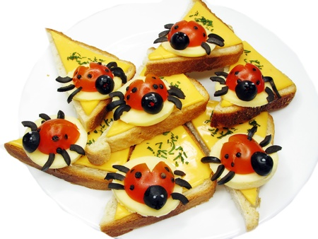 s�ndwich creativo con queso y lady bugs hechas de tomate photo