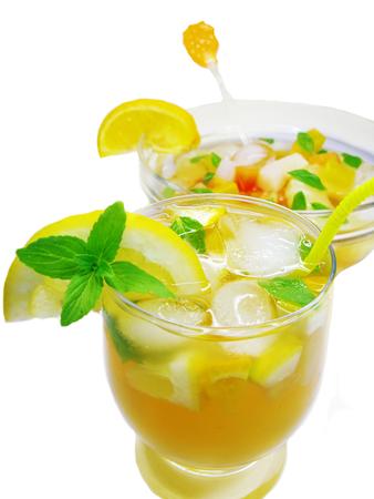 cruchon: frutos Cruchon c�ctel golpe en un recipiente con hielo y la fruta