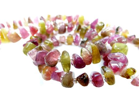 Perle di tormalina gemma isolato su sfondo bianco Archivio Fotografico - 33430214