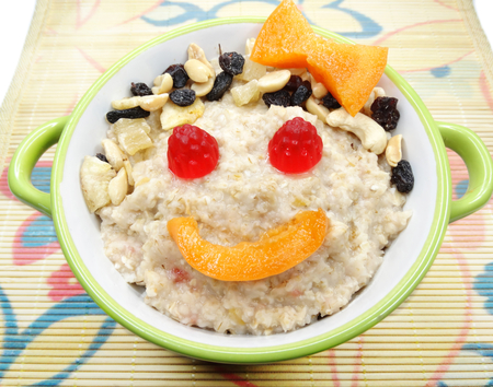 niños sanos: oatmeal cereal creative child food with fruit and berries