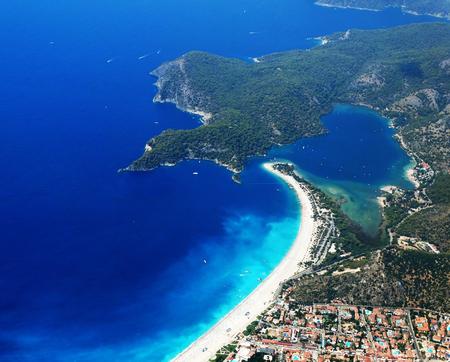 paisaje mediterraneo: mediterráneo vista del paisaje mar de oludeniz costa de la playa y las montañas Foto de archivo