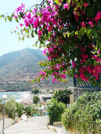 paisaje mediterraneo: mediterráneo vista del paisaje marítimo de la playa y la montaña en la isla de Creta