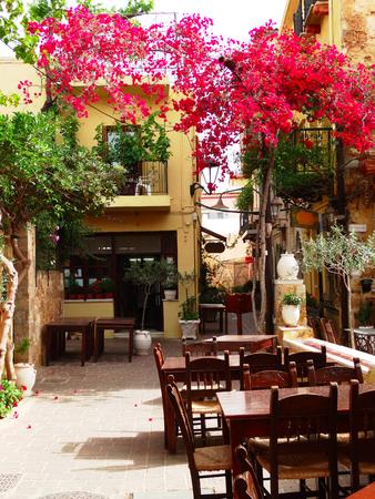 traditioneel terras met bloeiende struiken architectuurdetail in Griekenland Redactioneel