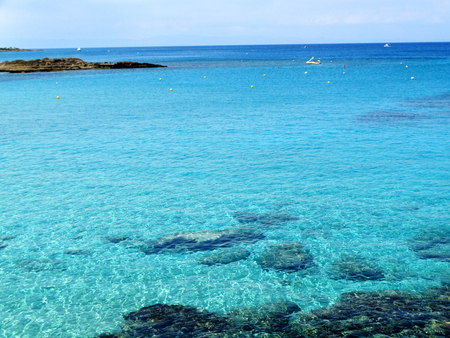 costa de playa de arena en el mar del mar mediterráneo en la isla de chipre