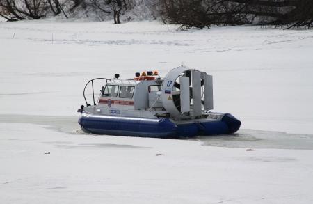 aéroglisseur: Les sauveteurs sur la glace