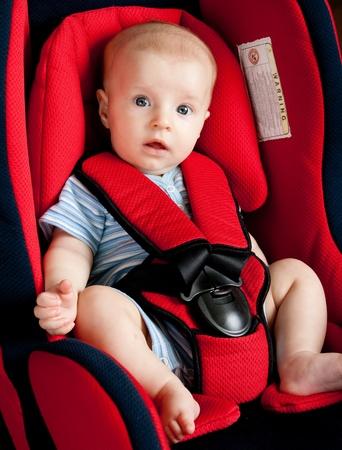 asiento coche: Ni�o est� sentado en coche Foto de archivo