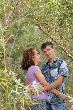 葉の包含は若いカップルを愛する