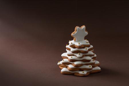 galletas de jengibre: Navidad especias pastel en forma de abeto en el fondo marr�n