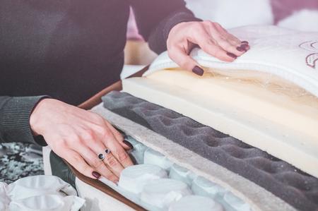 Matratzenfüller. Kokos-Kokos, Natur-Para-Latex-Gummi, unabhängige Feder aus Memory-Schaum. Kokosraspeln zur Herstellung von Matratzen. Hintergrund des Matratzenfüllers.