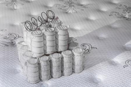 Molle insacchettate indipendenti per materasso. Concetto di industria. Il concetto di riempimento di un materasso. Sfondo di riempimento del materasso Archivio Fotografico