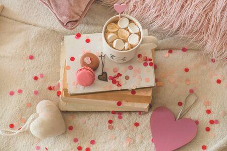 愉快的情人节明信片。爱母亲节和情人节的概念。心和书与杯咖啡。情人节卡片与文本的空间