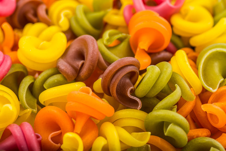 macarrones: Pasta italiana de alimentos crudos, el fondo o la textura de cerca.