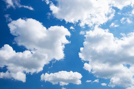 Witte wolken in de blauwe hemel. Stockfoto