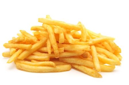 papas fritas: un montón de patatas fritas apetitosas sobre un fondo blanco Foto de archivo