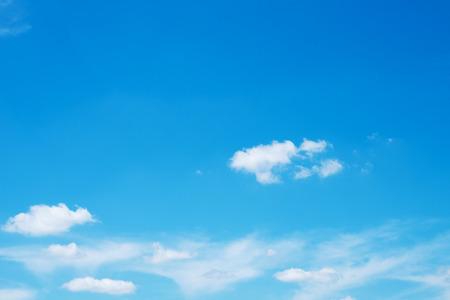 푸른 하늘에 흰 구름 배경