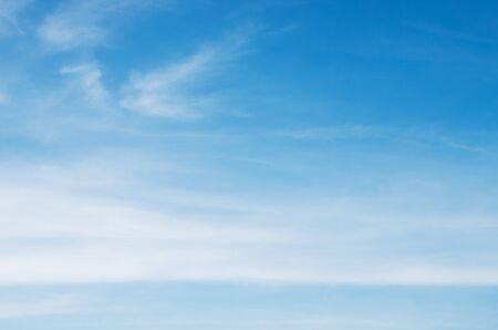 fondo de cielo azul con nubes blancas Foto de archivo
