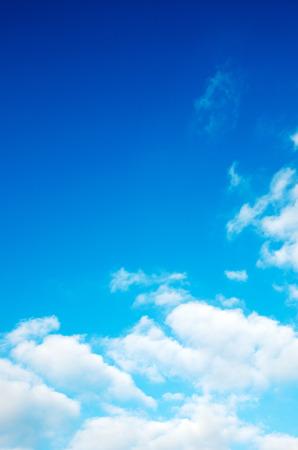 푸른 하늘에 흰 구름.