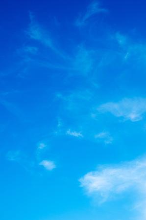 Wei?e Wolken am blauen Himmel. Standard-Bild