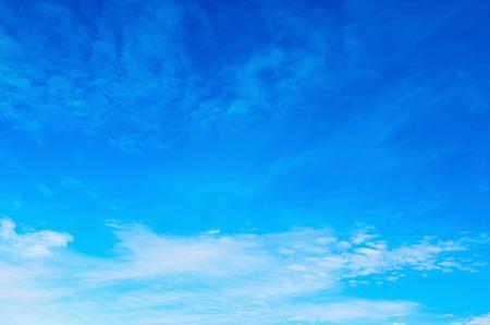 cielo azul: Cielo azul con nubes de fondo