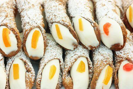 sycylijski: Cannolo siciliano, typowy sycylijski słodkie to ględzenie ciasta wypełnione Ricotta-cream