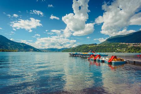 Lac alpin de Caldonazzo près de l'eau bleue de Trento et des catamarans